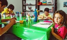 Juli y los chicos en el taller