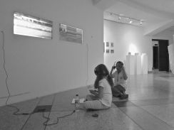 Visitando la exposición cerca de la posibilidad